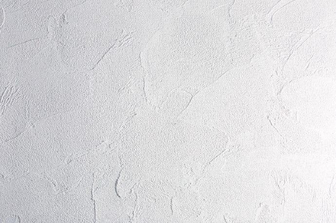 写真:防静電気とメンテナンス性に優れた漆喰塗りの白い壁。